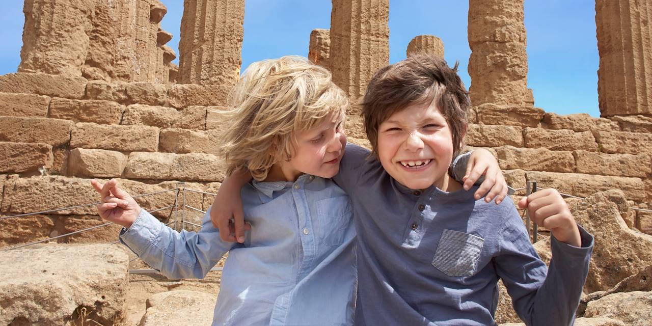 Enfants devant le Temple de la Concorde à Agrigente - Sicile - Italie